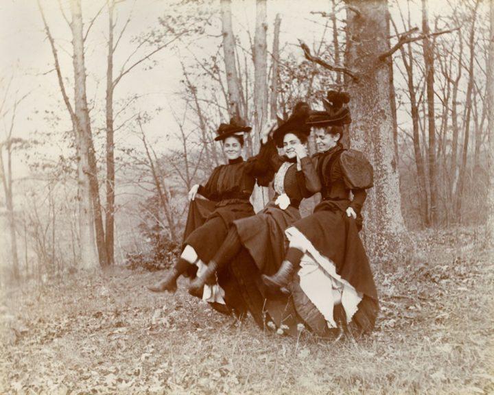 VP 2709 08 Unidentifiedphotographer Untitled Girlfriends 1905